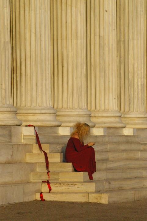 Athènes, début septembre. Contraste entre les colonnes, la robe et le téléphone qu'elle tient dans ses mains...