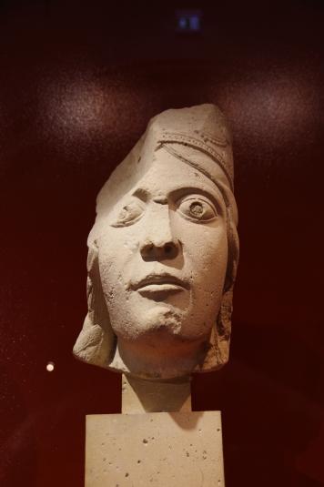 Tête de statue colonne: reine de Saba, provenant de l'abbatiale de Saint-Denis, portail central de la façade occidentale