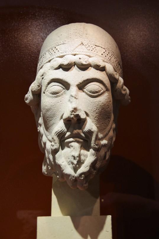 Tête de statue colonne: un prophète, provenant de l'abbatiale de Saint-Denis, portail sud de la façade occidentale
